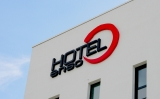 enso HOTEL LED-Leuchtbuchstaben bei Tag
